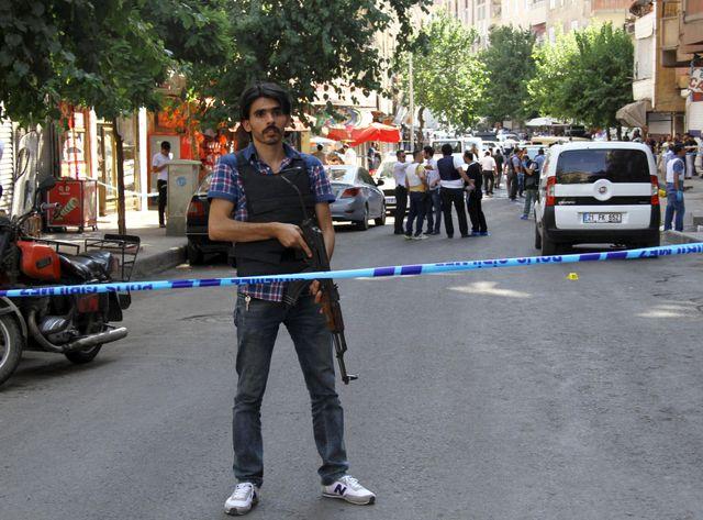 Un policier turc après l'attaque d'officiers de Diyarbakir en Turquie