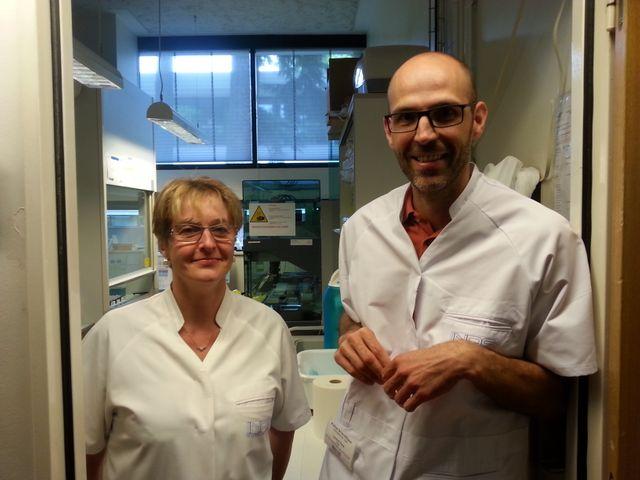 Michèle Hernandez, technicienne, et Laurent Pene, chef de l'Identification à l'INPS dans le laboratoire d'Ecully.