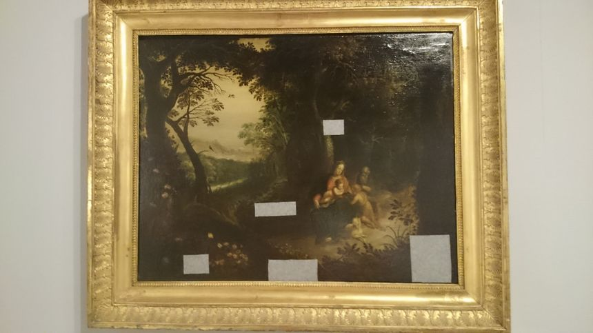 Plusieurs tableaux ont du être renforcés avec ce papier spécial pour éviter que la peinture ne tombe.