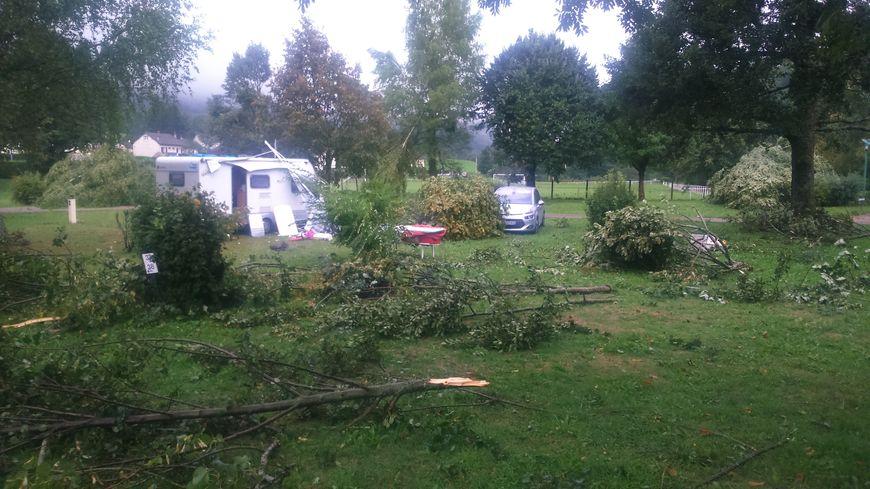 Dans ce camping de Thiézac, dans le Cantal, les orages et vents violents ont fait de nombreux dégâts