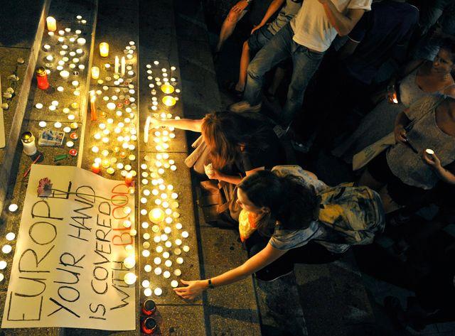 A Budapest, des habitants rendent hommage aux victimes mortes dans un camion