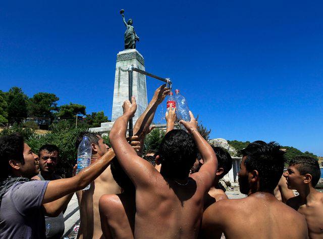 Des migrants cherchent de l'eau potable sur l'île de Lesbos, en Grèce