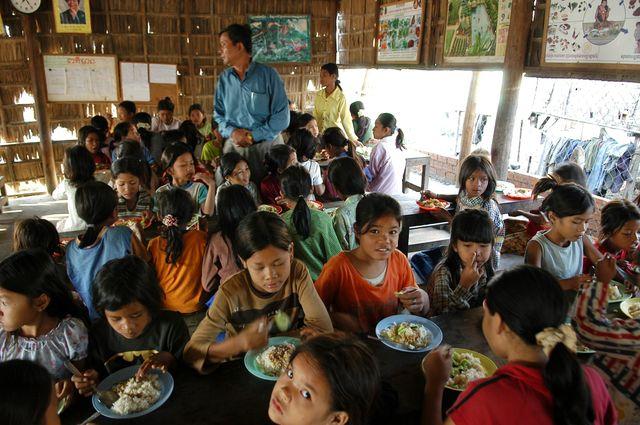 """""""Pour un sourire d'enfant"""" aide les enfants chifoniers de Phnom-Penh"""