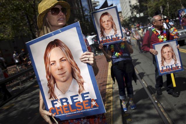 Des manifestants demandent la libération de Chelsea Manning lors de la gay pride de San Francisco
