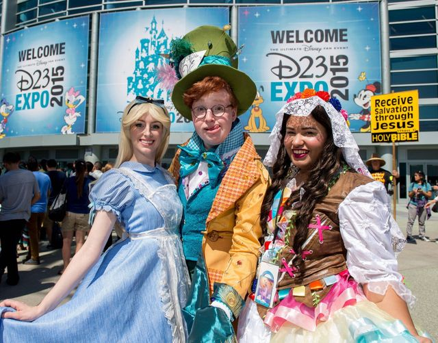 Chelsea Rebecca, David McCarthy, and Andie Vazquez arrivent à la D23 expo (2015)