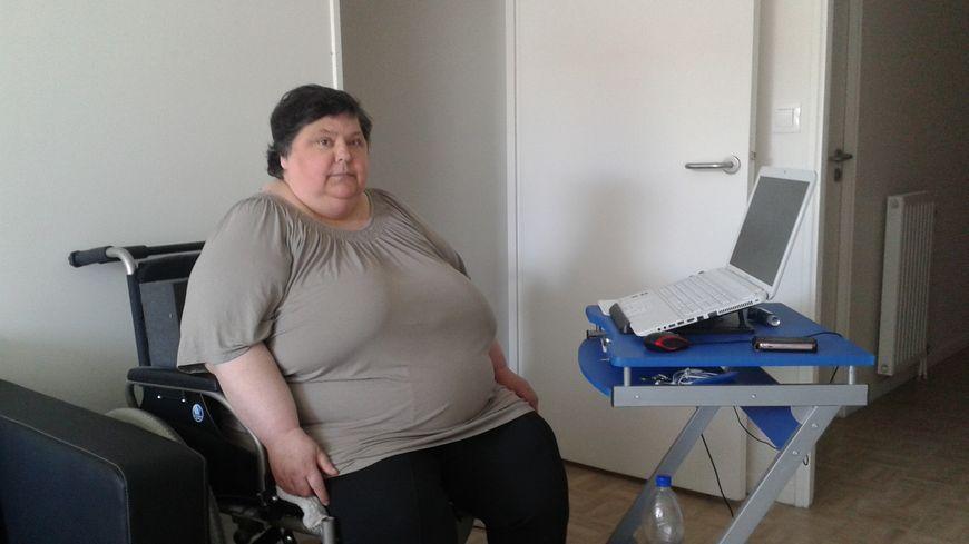 Handicapée par un fort surpoids, Martine Cholin ne se déplace qu'en fauteuil roulant