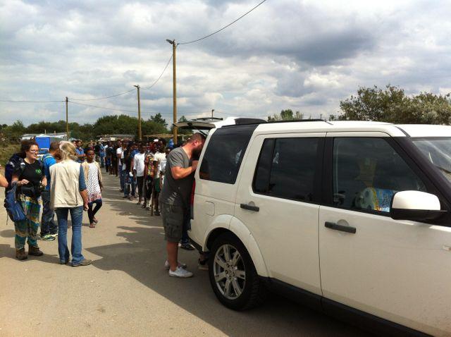 Des Anglais sont venus en famille distribuer 500 repas aux migrants de Calais