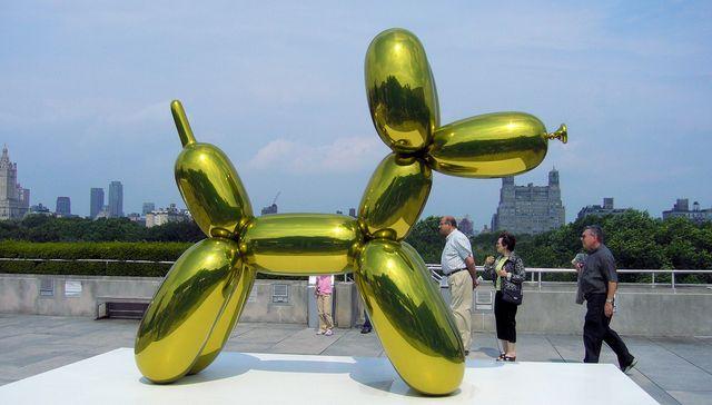 """L'une des autres versions de """"Balloon Dog"""", ici en jaune, exposée au Metropolitan muséum de New-York"""