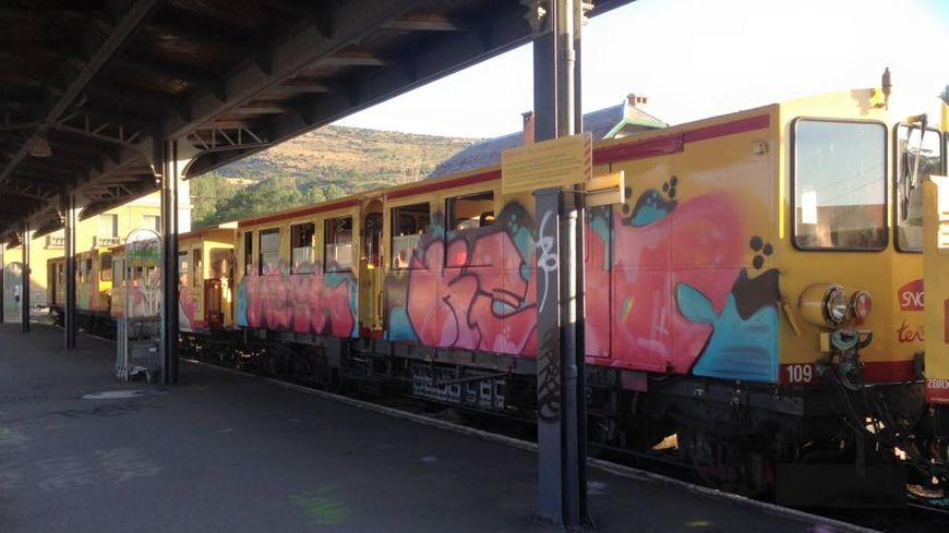 Le train jaune tagué à Latour de Carol