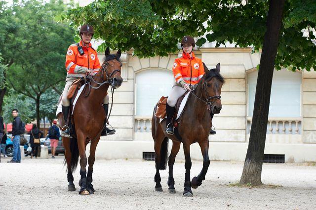les bénévoles à cheval de la Croix Rouge