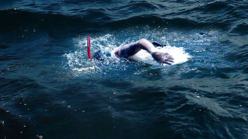 Alain Gomez s'entraîne depuis deux ans pour traverser la Méditerranée à la nage en soutien aux migrants