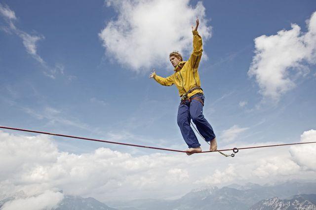 Homme sur une high-line au Tirol