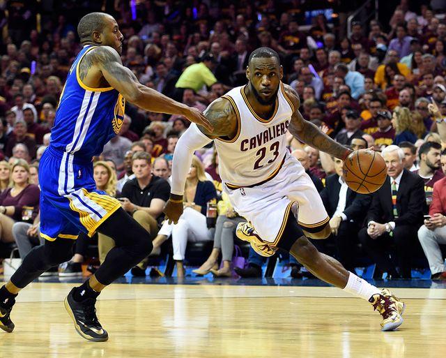 Cleveland : match de basket entre les Cavaliers de Cleveland et les Golden State Warriors. Lebron James et Andre Iguodala