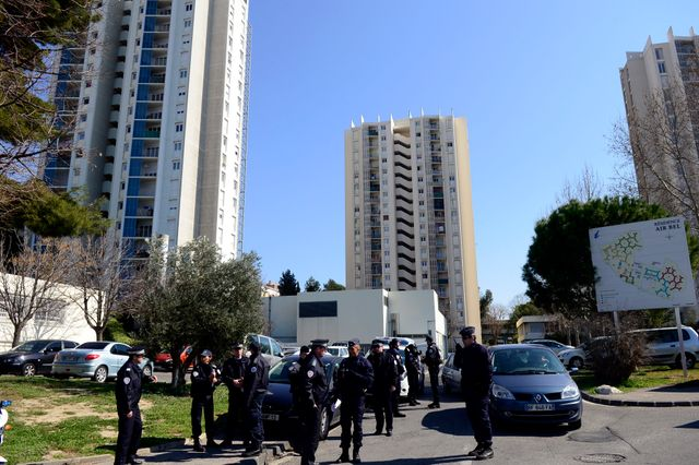 controle de police dans la cité Air bel à Marseille