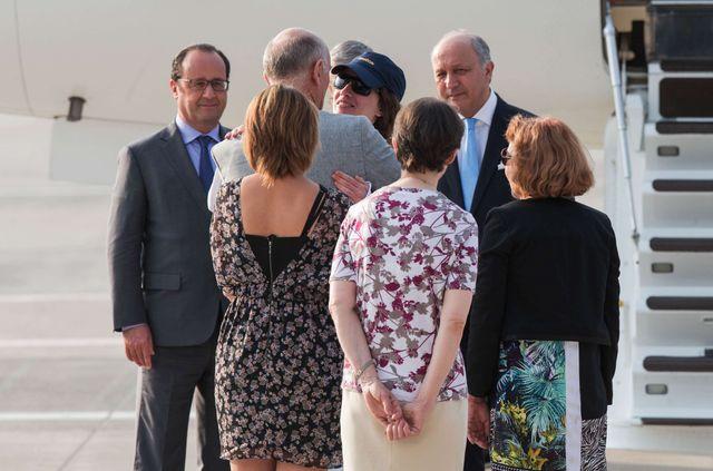 Isabelle Prime a retrouvé sa famille au pieds de la passerelle lors de son arrivée à Villacoublay