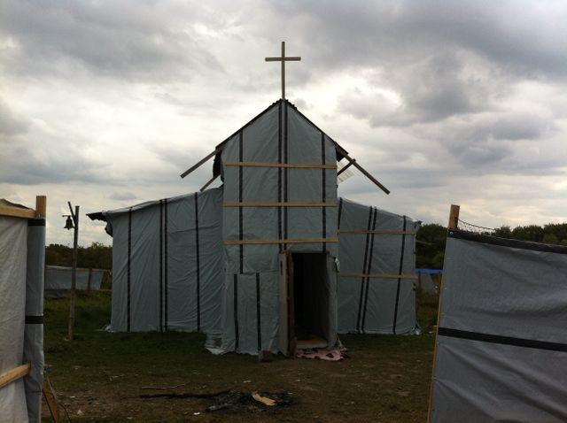 Les migrants ont construit une église dans la lande de Calais