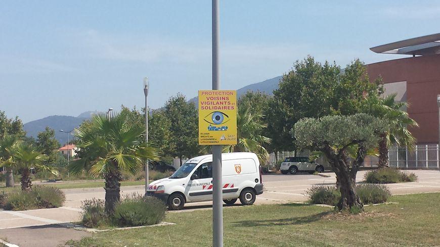 """La ville de Saint-André a disposé des panneaux pour annoncer le dispositif """"Tranquilité Vacances""""."""