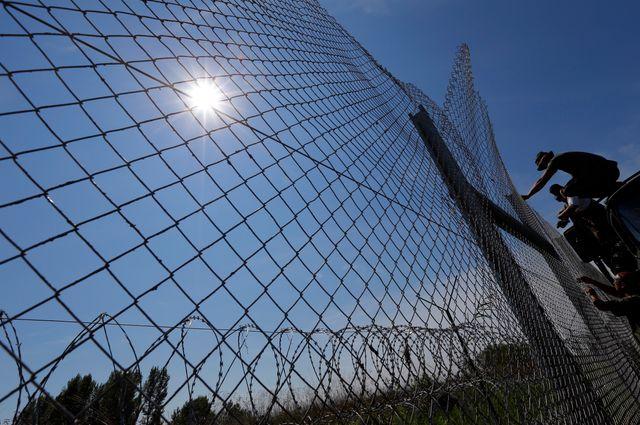 L'armée hongroise bâtit un mur pour empécher les migrants de passer