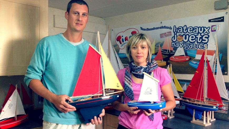 Nicolas et Carine Tirot dans leur bureau de Romagné, en Ille-et-Vilaine.