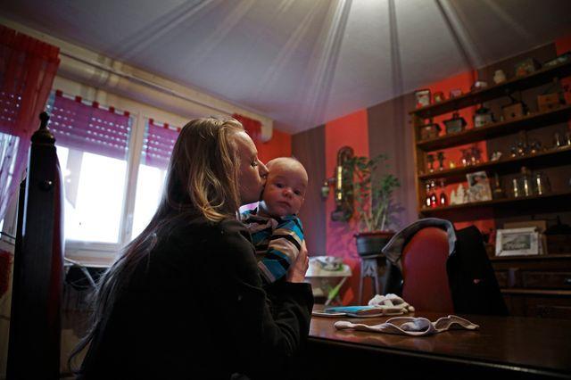 "Visa pour l'image 2015 N°6 - Viviane DALLES : Devenir ""mère ado"""