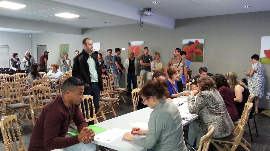 Après la réunion, les candidats se pressent pour déposer leur CV à Bessières