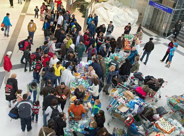 Distribution de vivres dans la gare de Salzbourg