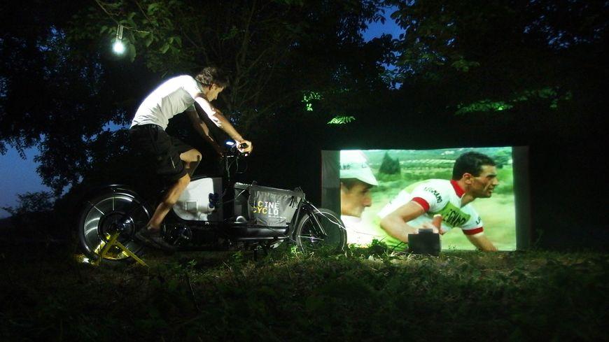 Au cinécyclo, il faut pédaler pour regarder un film sur grand écran !