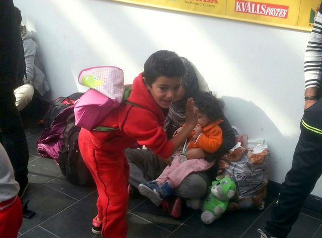 Une famille syrienne arrive à la gare de Malmö en Suède
