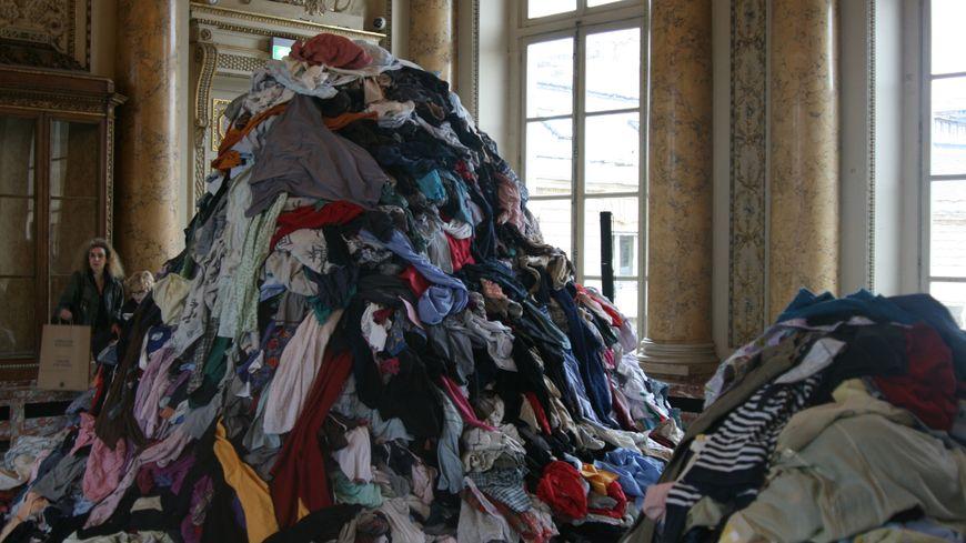 """""""Dispersion"""" de Christian Boltanski est l'oeuvre la plus massive de l'exposition"""