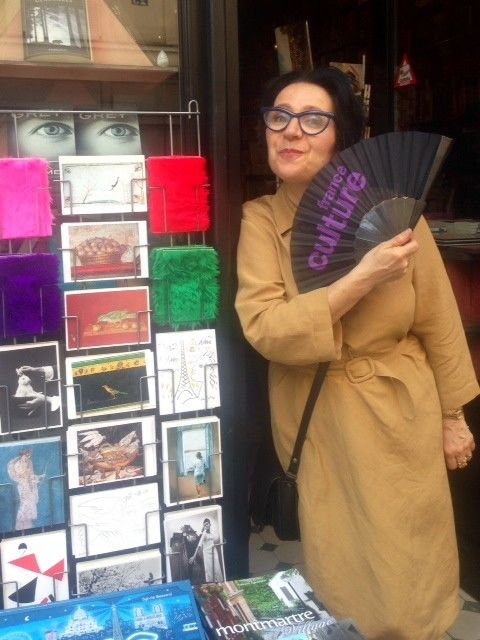 Marie-Rose Guarniéri, devant la Librarie des Abbesses à Paris