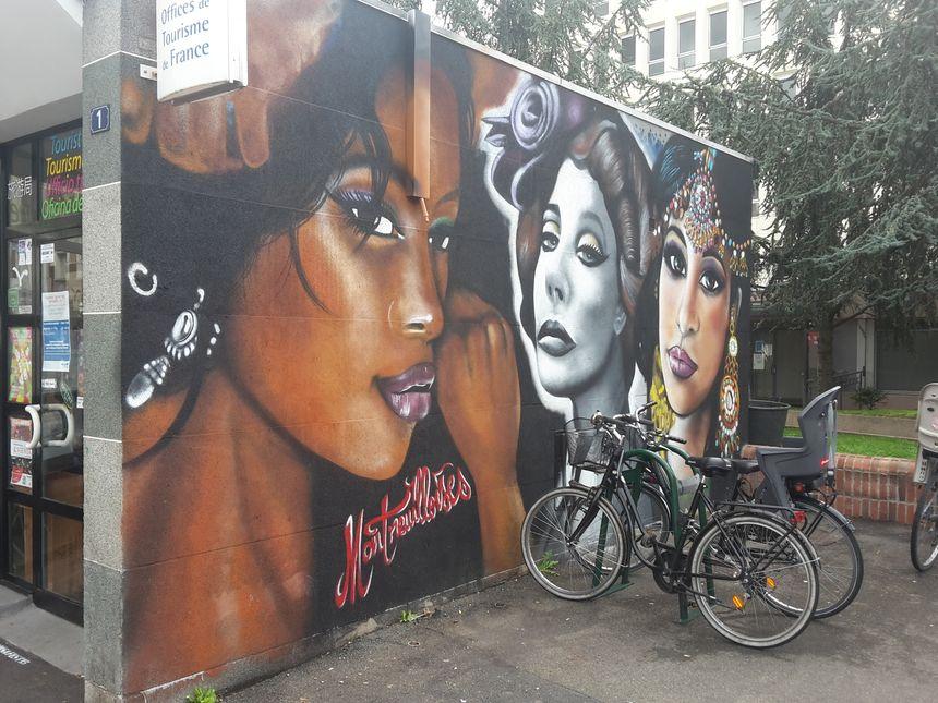Fresque de l'artiste Espion sur la façade de l'Office du tourisme