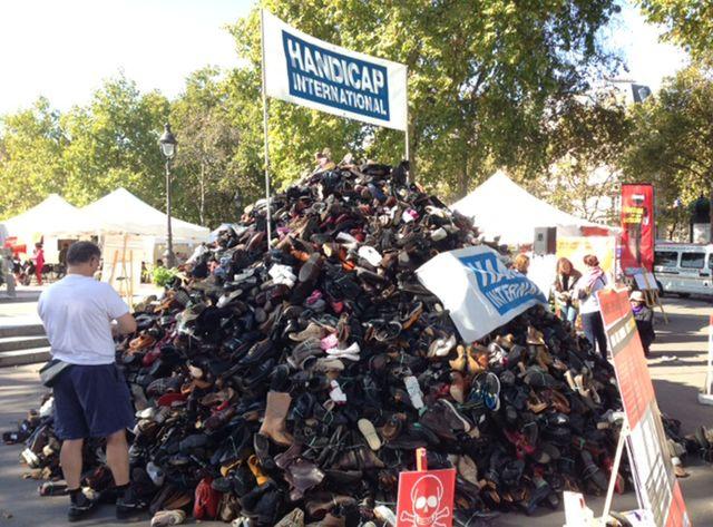 Une pyramide de chaussures contre les bombardements de civils