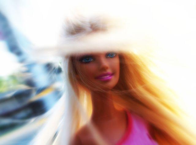 Barbie n'a plus la côte, pourtant elle sourit