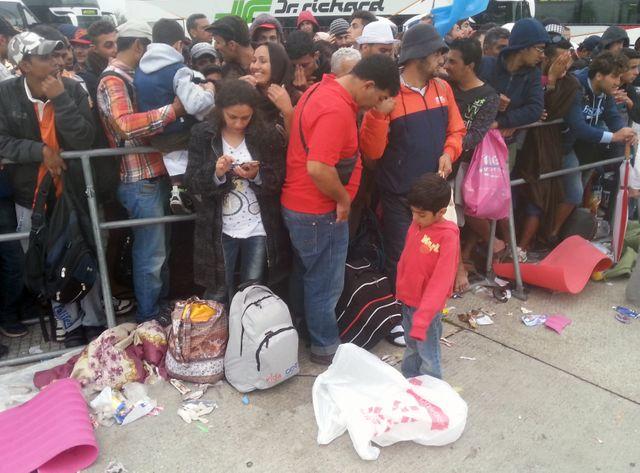 Des migrants attendent au poste frontière de Nichelsdorf entre la Hongrie et l'Autriche