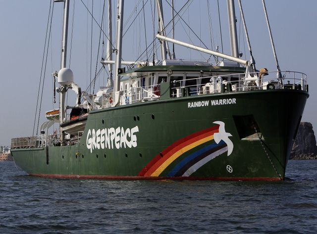 Après le naufrage du premier Rainbow Warrior, Rainbow Warrior II et III (photo) ont pris la relève pour sillonner les mers