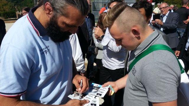 Pendant trente minutes, Sébastien Chabal a signé des autographes.