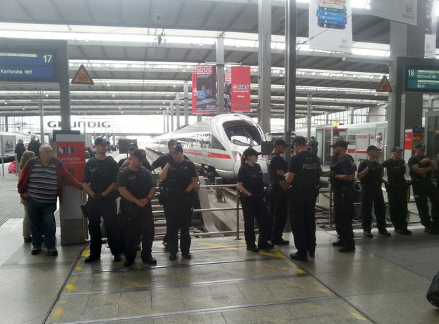 La police attend les réfugiés à la gare de Munich