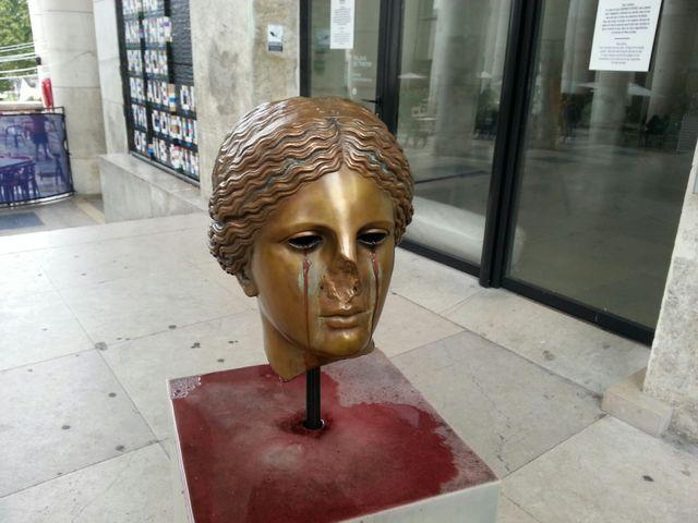 « C'est une sculpture qui pleure du vin … »