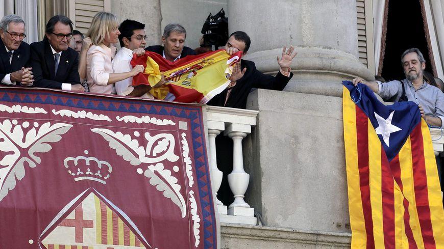 Bataille de drapeaux sur le balcon de la mairie de Barcelone