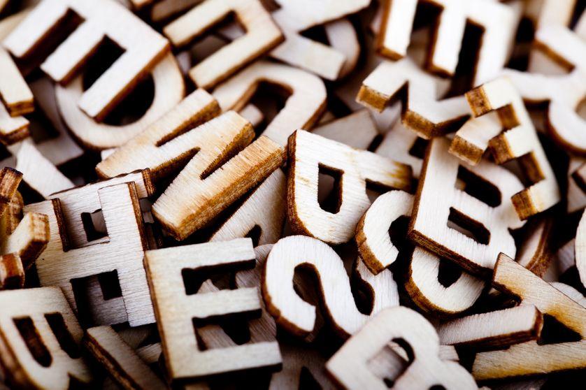 Lettres en bois. Alphabet. Illettrisme