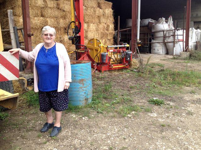 Gisèle devant la ferme