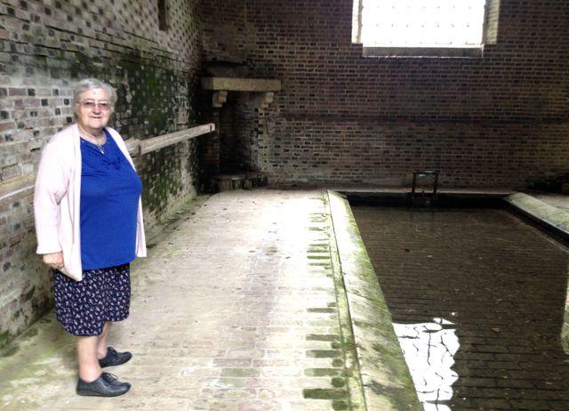 Gisèle dans le lavoir de Berule