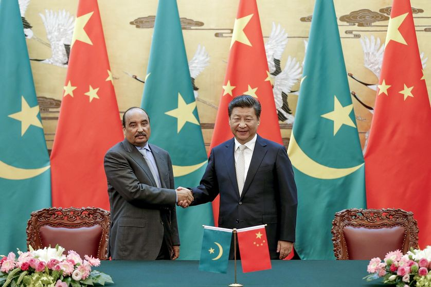 Chinese President Xi Jinping (R) shakes hands with Mauritania's President Mohamed Ould Abdel Aziz