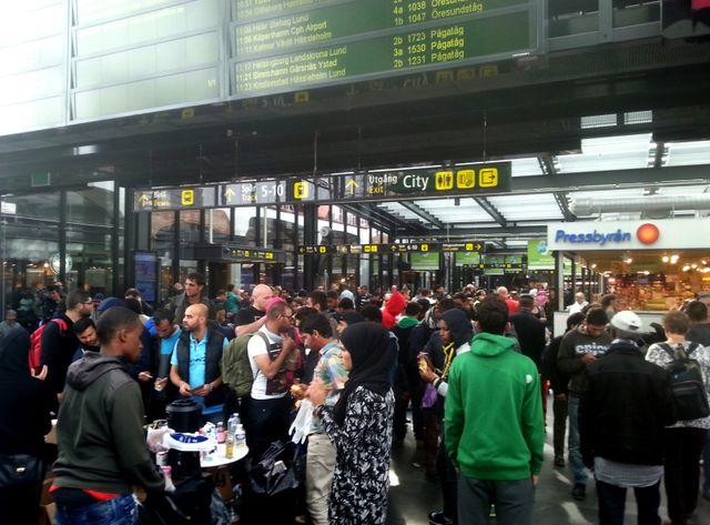 Des réfugiés arrivent à la gare suédoise