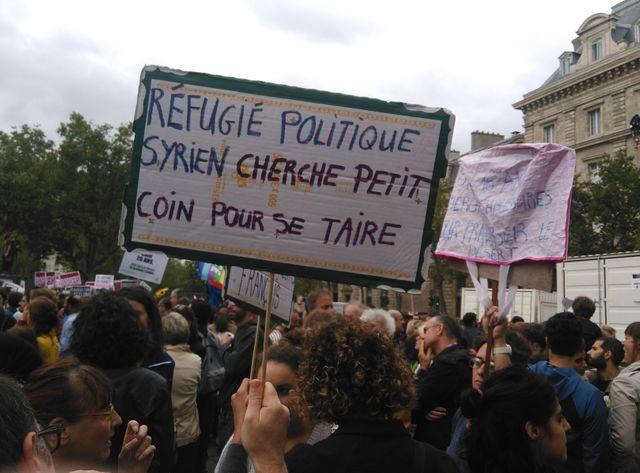 Alors que l'opinion publique reste partagée sur le sujet de l'accueil des migrands, 8.500 personnes ont défilé à Paris