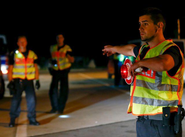 La police allemande vérifie les véhicules sur l'autoroute A3 qui relie l'Allemagne à l'Autriche, dans le sud du pays