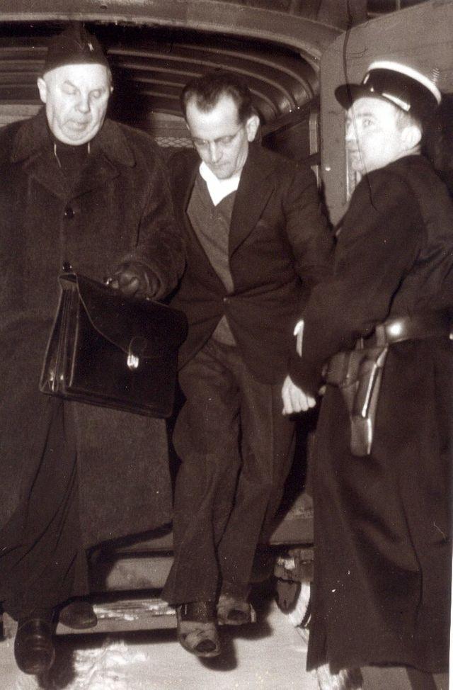 Guy Desnoyers, curé d'Uruffe, arrivant à son procès à Nancy en 1958