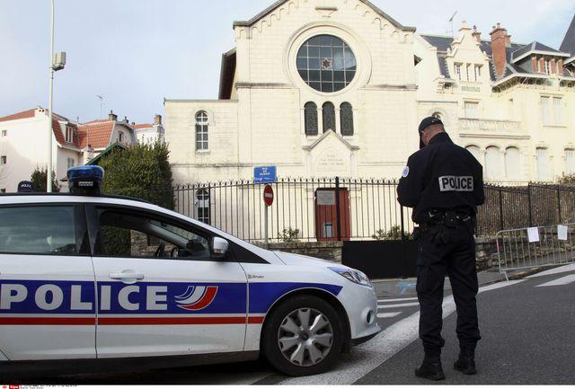 Un policier en faction devant la synagogue de Biarritz, janvier 2015