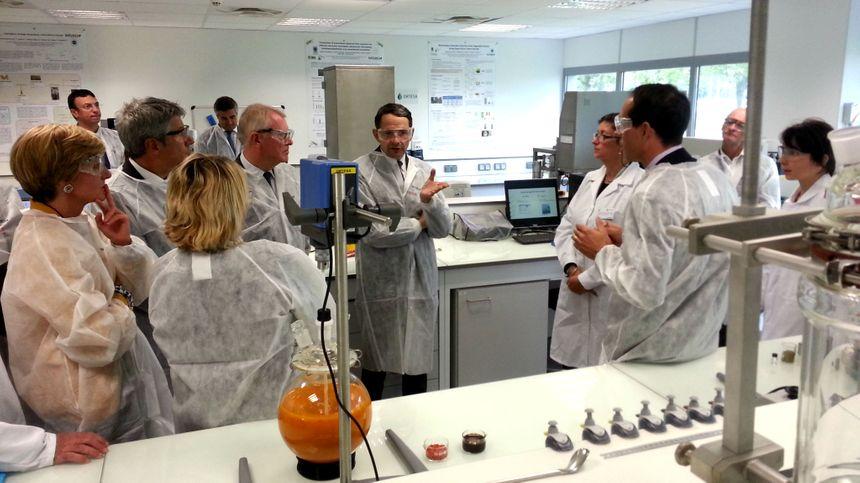 Thierry Mandon dans le laboratoire ORTESA de l'usine NATUREX à Avignon