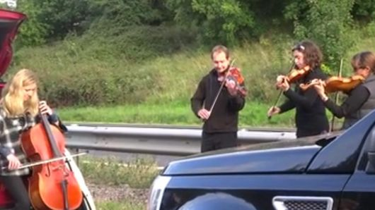 Un quatuor joue du Pachelbel sur une autoroute anglaise